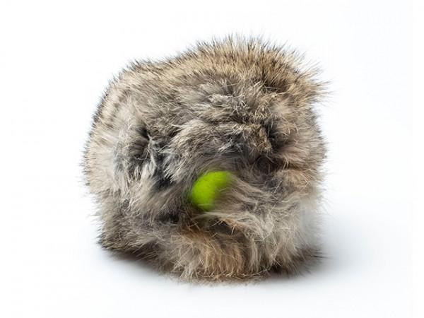 Tennisball mit Kaninchenfell